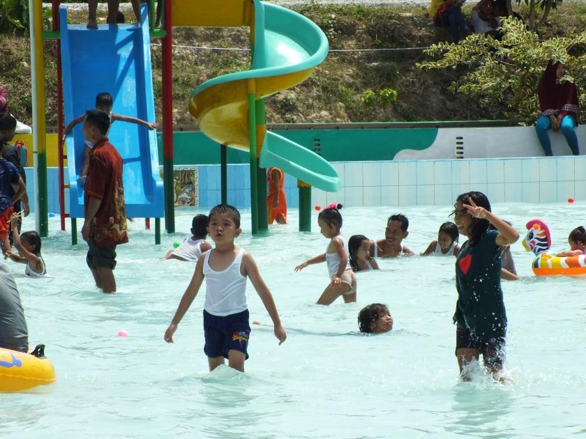 Ekspresi saat dikolam dan bermain dengan air memang mengasyikan